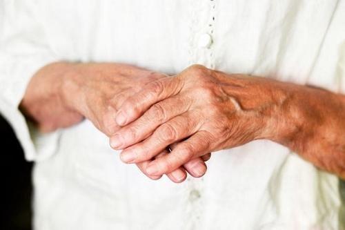 Spin haige jalad Lambavill liigeste ravis